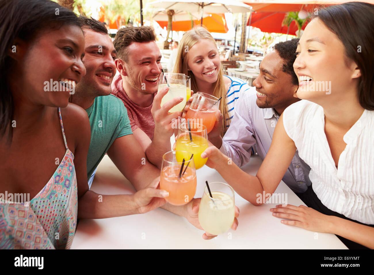 Gruppe von Freunden genießen Sie Getränke im Restaurant unter freiem ...