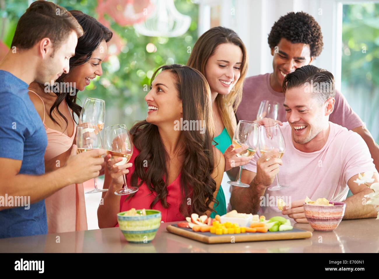 Gruppe von Freunden genießen Getränke Party zu Hause