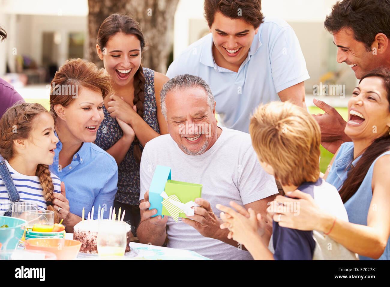 Multi-Generationen-Familie feiert Geburtstag im Garten Stockbild