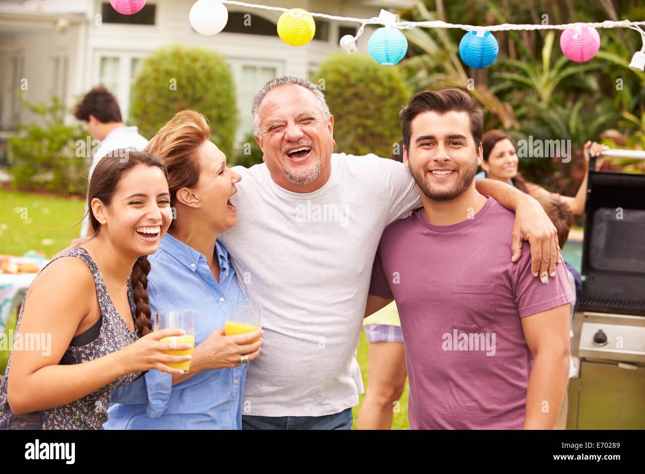 Eltern mit erwachsenen Kindern, die Party im Garten genießen Stockbild