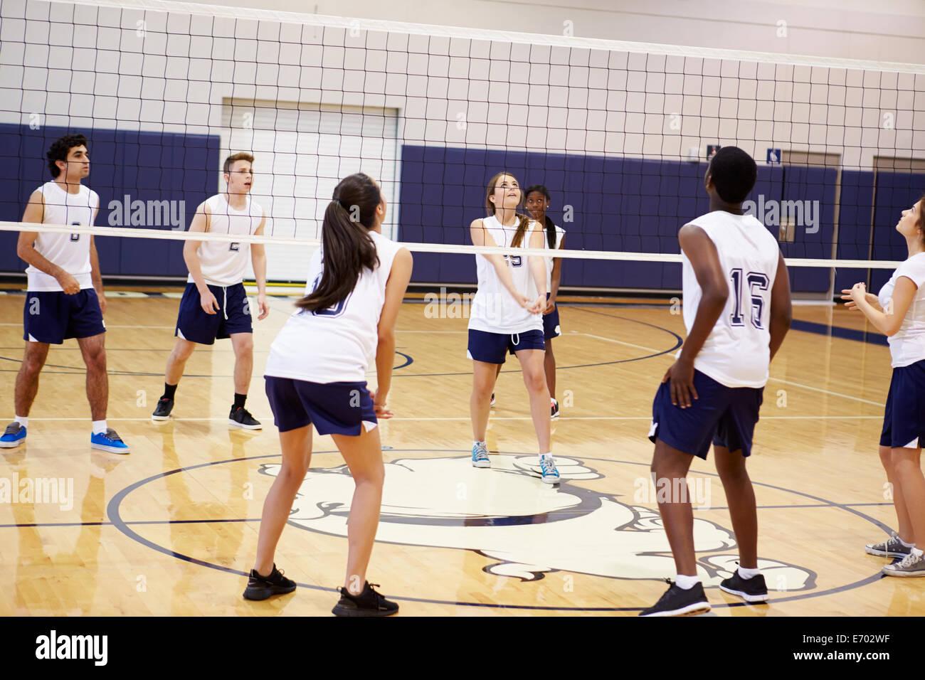 High School Volleyball Match im Gymnasium Stockbild