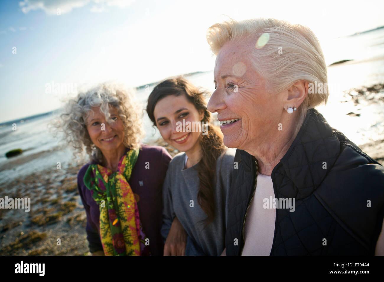 Weiblichen Familienmitgliedern chatten am Strand Stockbild