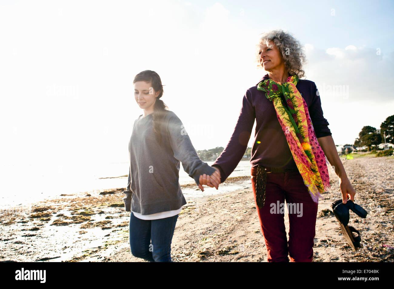 Mutter und Tochter Strandleben genießen Stockbild