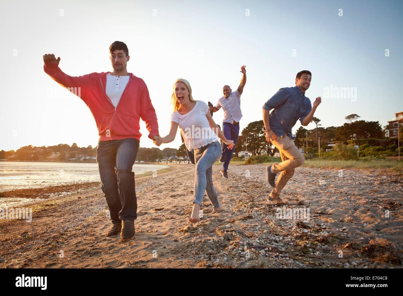 Gruppe von Freunden, die Spaß am Strand Stockbild