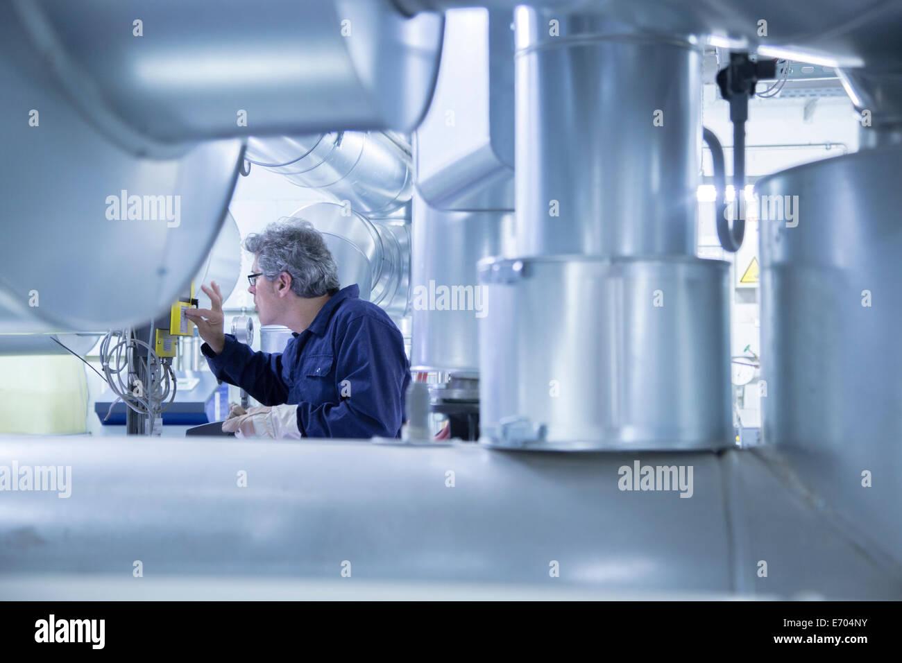Ingenieur Einstellung Systemsteuerung im Kraftwerk Stockbild