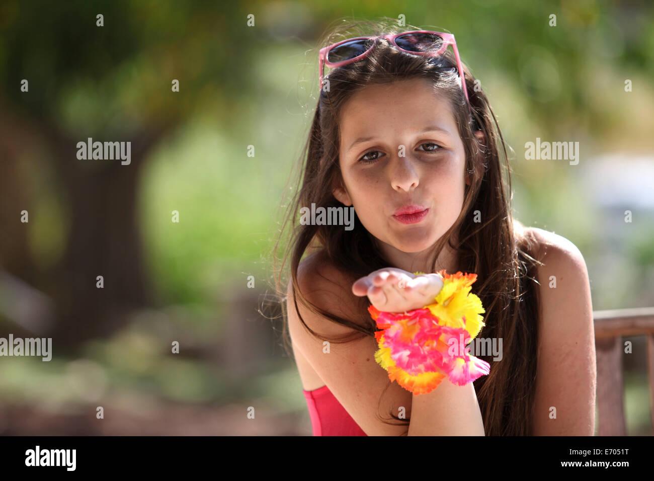 Porträt eines Mädchens im Park weht einen Kuss Stockbild