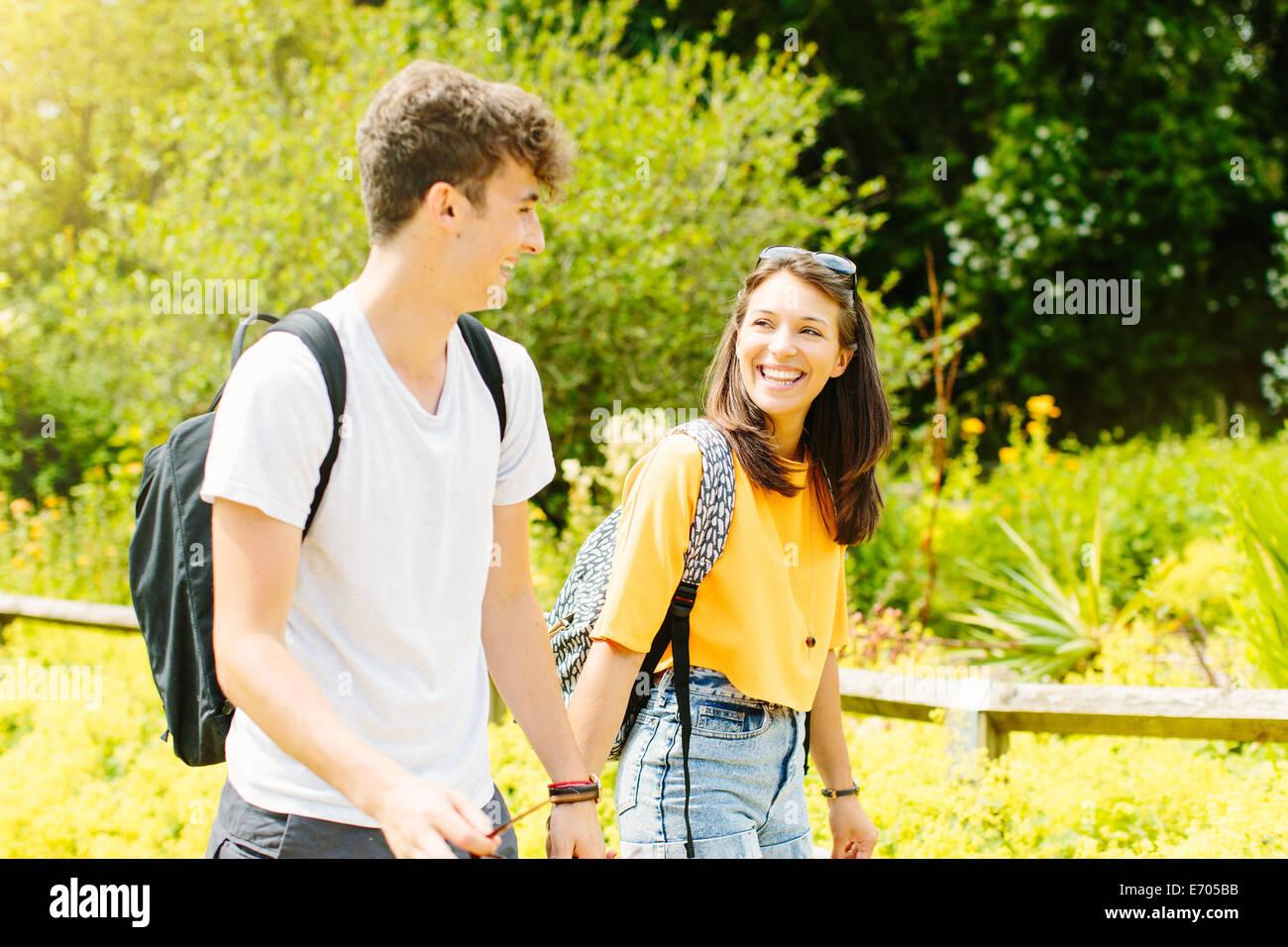 Paar im Park spazieren Stockbild