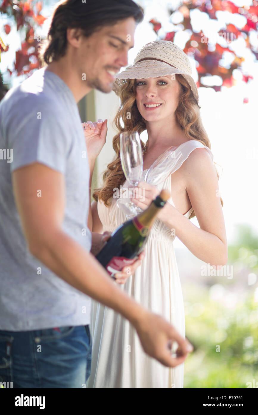 Paar mit Champagner im Garten Weinbar feiern wird vorbereitet Stockbild
