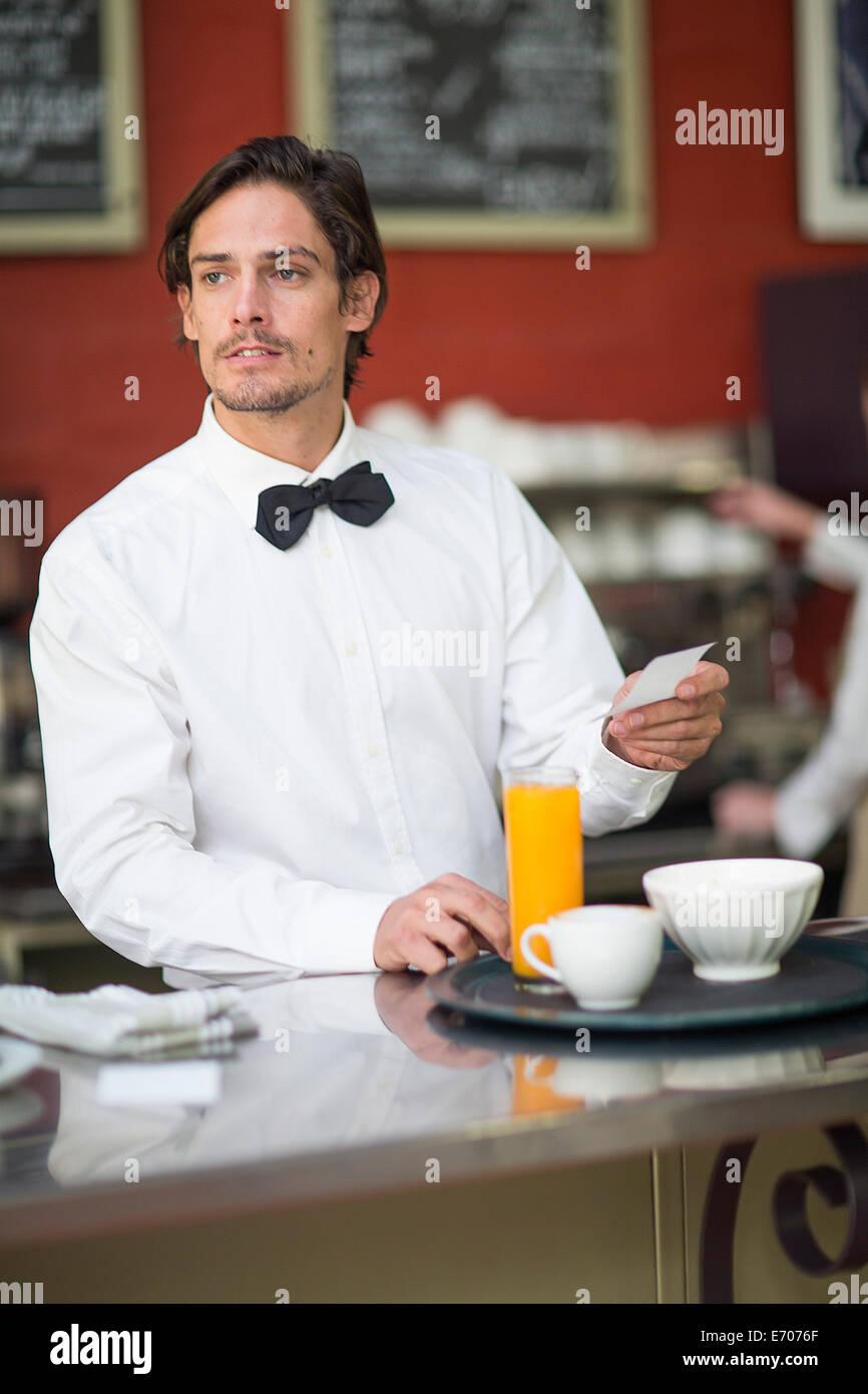 Kellner Getränke bestellen bei Vorbereitung Bar im Restaurant ...