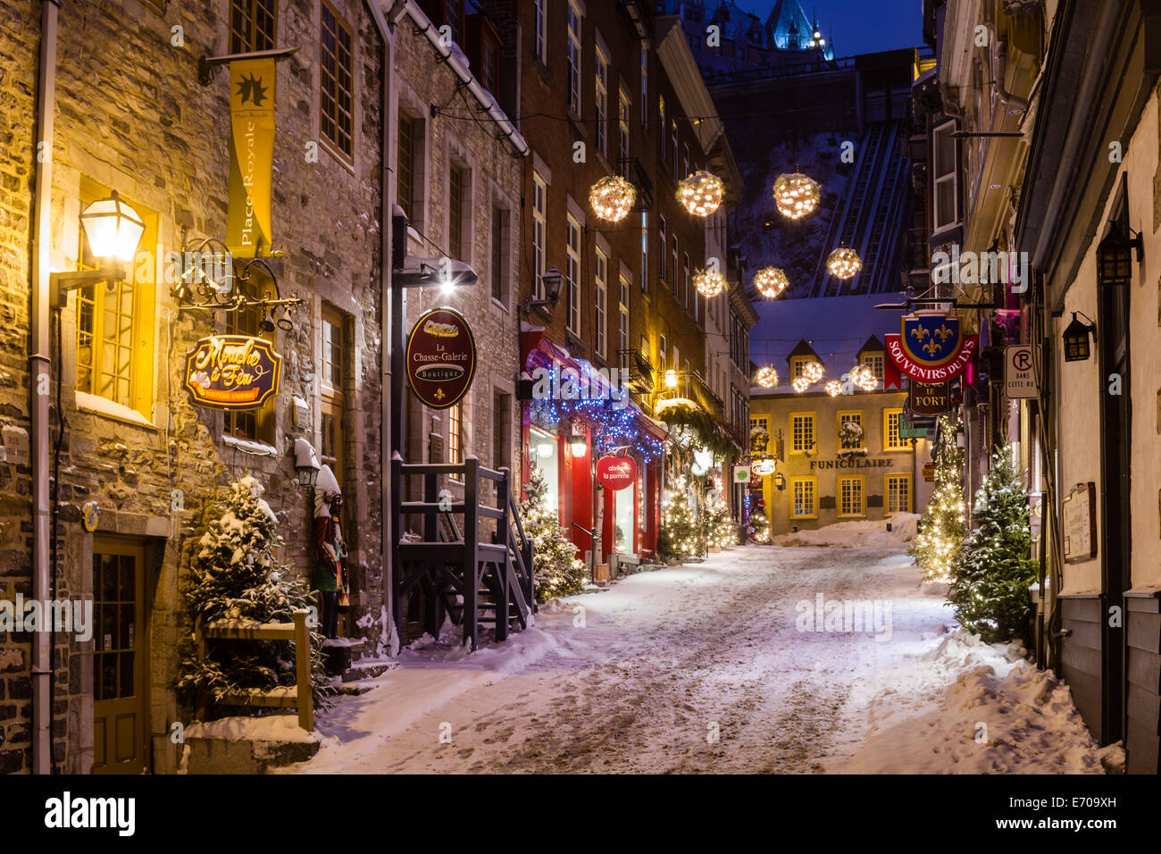 weihnachtsschmuck linie sous le fort am abend quebec city. Black Bedroom Furniture Sets. Home Design Ideas