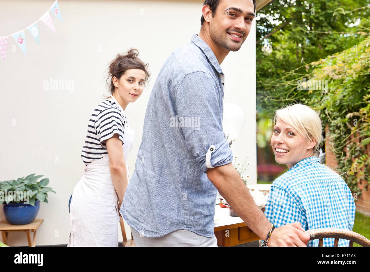 Drei junge Erwachsene Freunde auf Gartenparty Stockbild