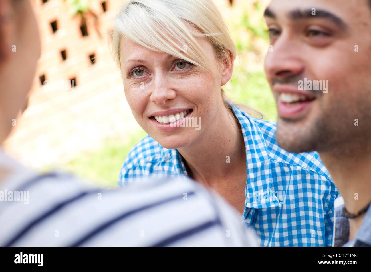 Nahaufnahme von drei jungen Erwachsenen Freunde bei der Gartenparty Stockbild