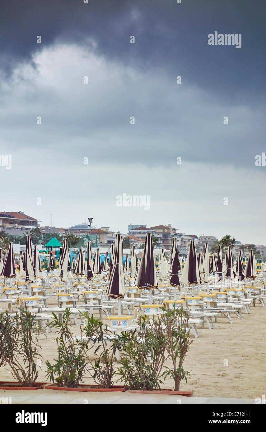 Pescara Strand sonnenschirme und liegestühle am strand pescara abruzzo italien