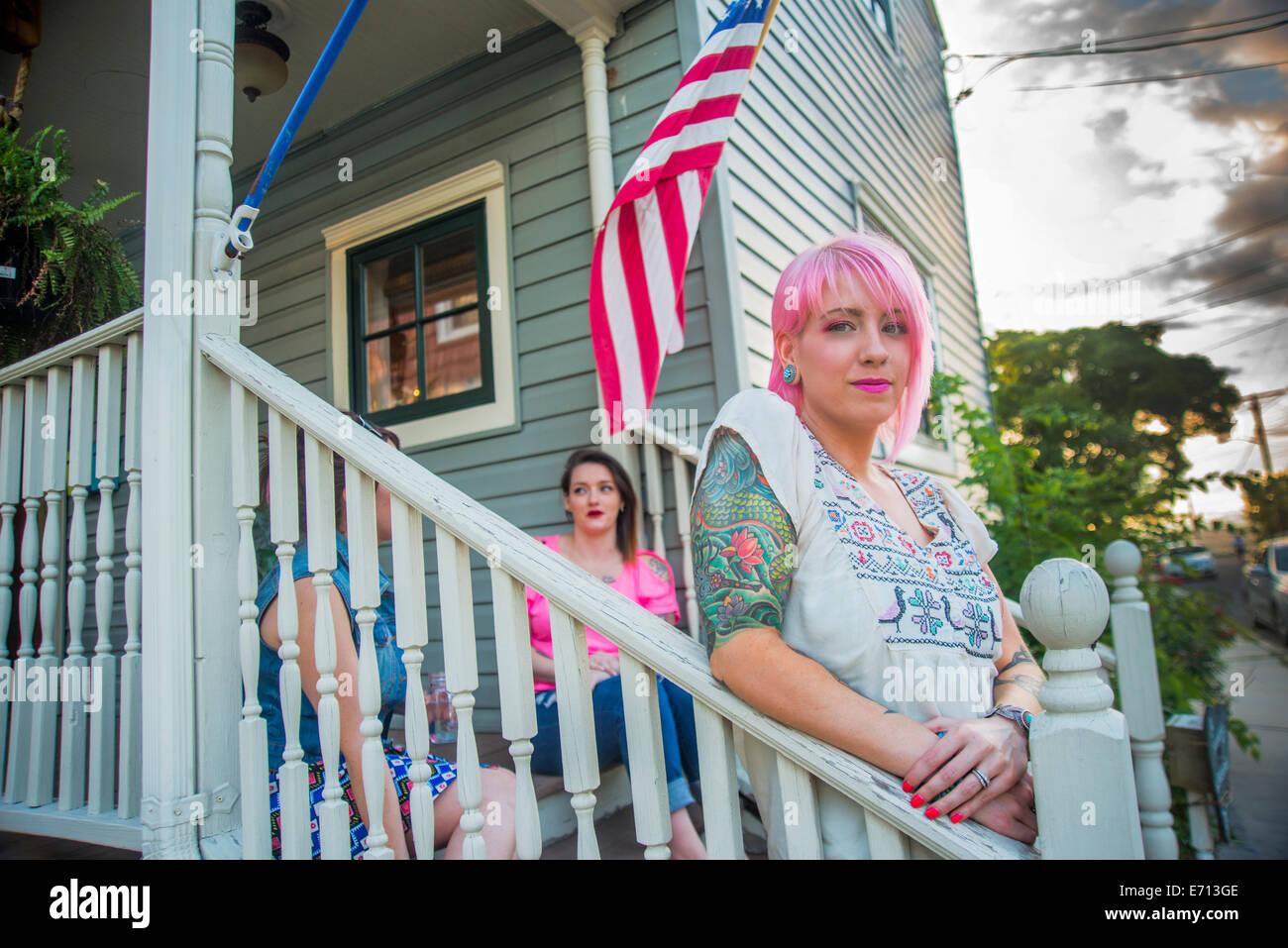 Porträt von drei funky jungen Erwachsenen Freunden auf Veranda Stockbild