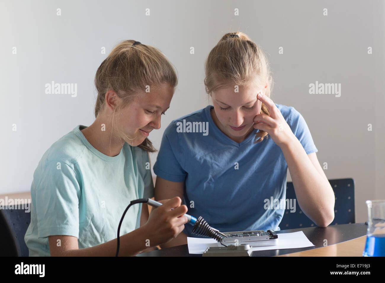 Zwei Mädchen im Teenageralter haben ein Elektronik-experiment Stockbild