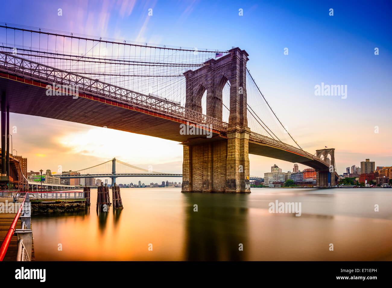 New York City, USA an der Brooklyn Bridge und East River in der Morgendämmerung. Stockbild