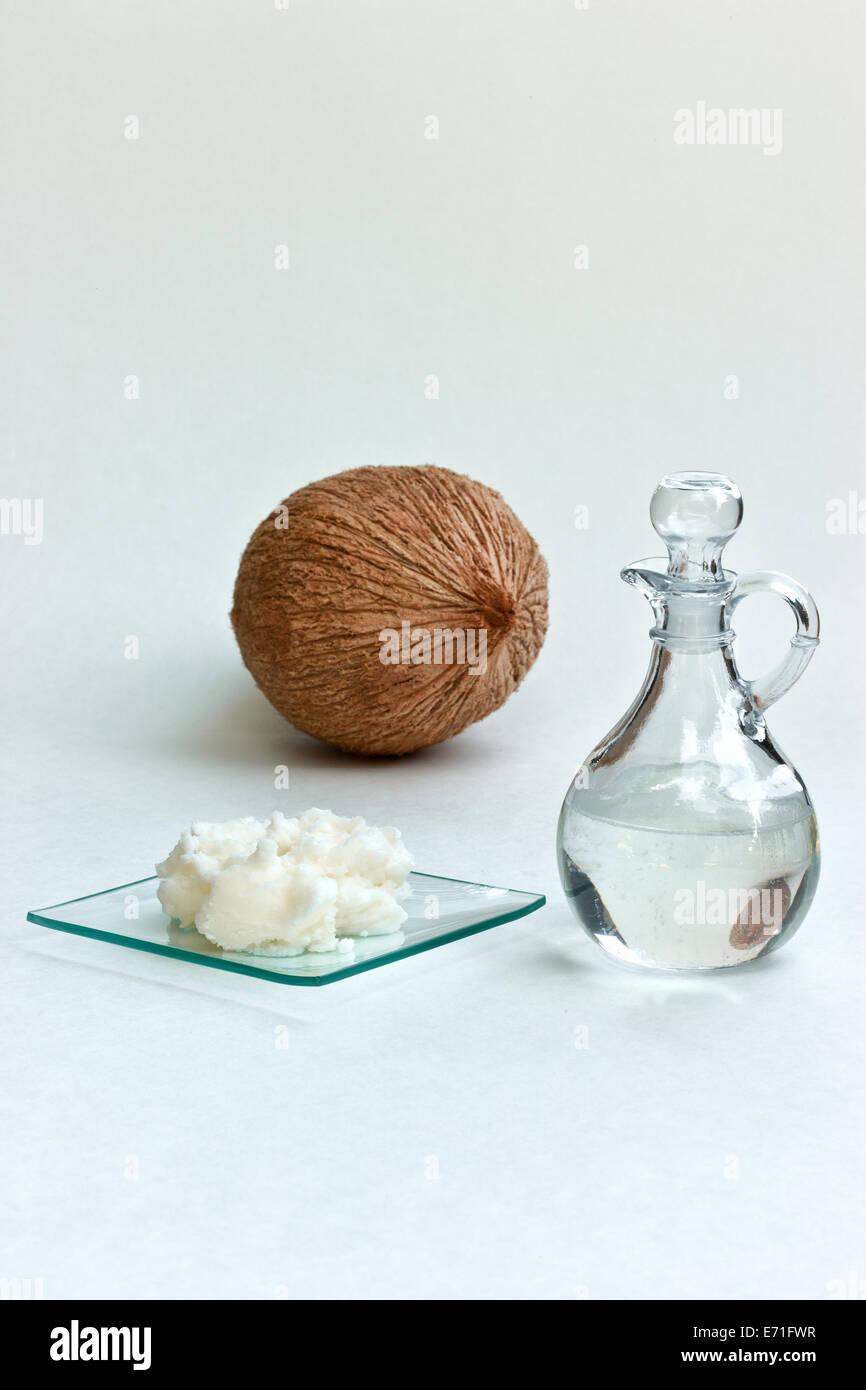 Flüssigkeit mit soliden Kokosöl, Glasteller. Stockbild