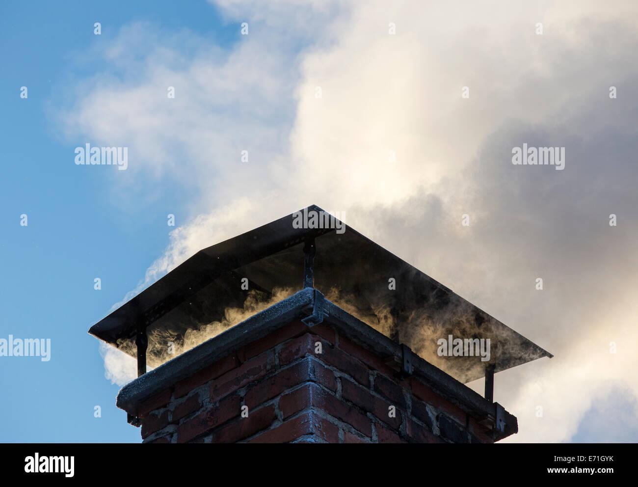 Rauch aus dem Schornstein, Heizung das Haus mit Brennholz Stockbild