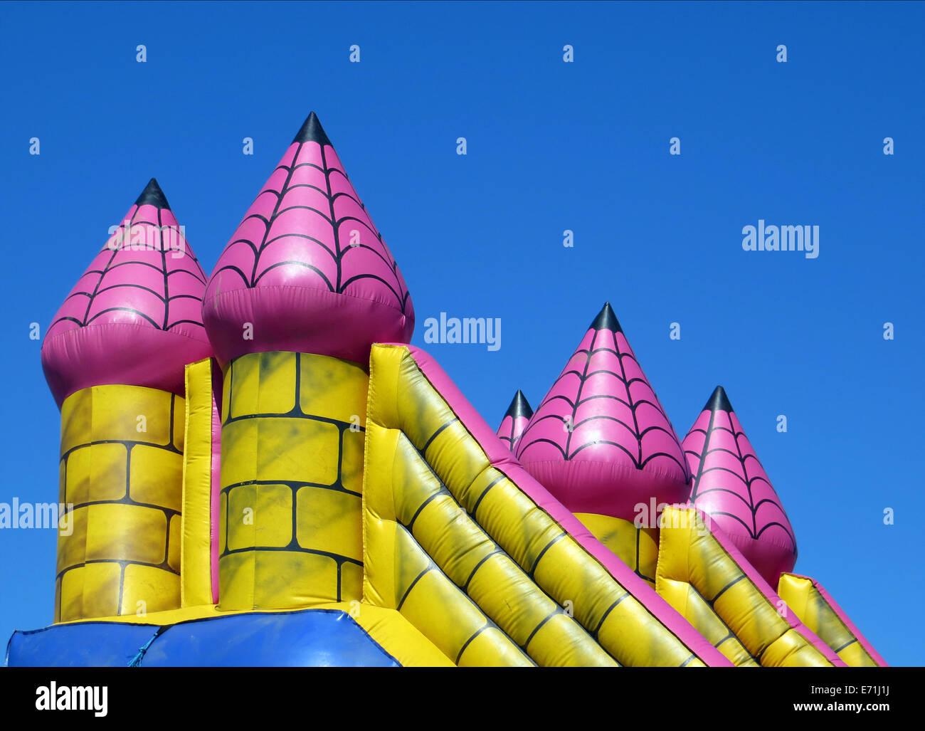 Detailansicht der bunten Türme auf aufblasbare Hüpfburg Stockbild