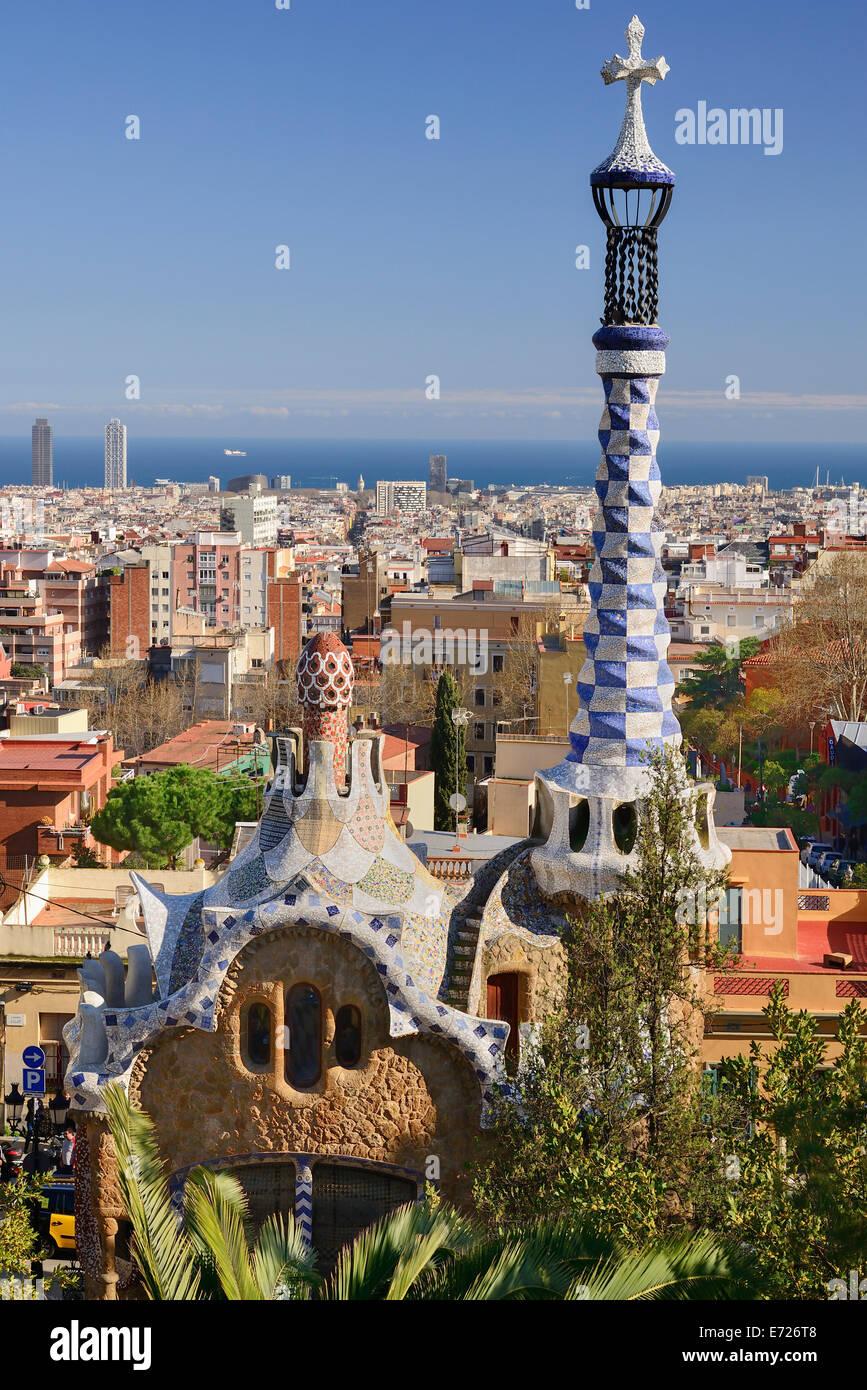 Spanien, Katalonien, Barcelona, Parc Güell von Antoni Gaudi Verwaltung Lodge am Eingang des Parks mit der Stadt Stockbild