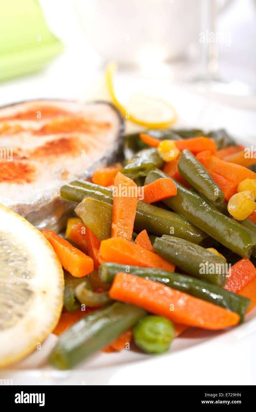 Gegrilltes Lachssteak mit Gemüse und Zitrone Stockfoto