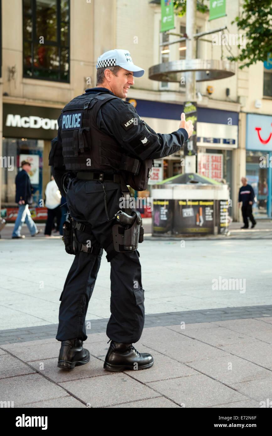 Cardiff, Wales, UK. 04. Sep, 2014. NATO bewaffnete Polizisten im Stadtzentrum von Cardiff, Wales, Vereinigtes Königreich. Stockbild