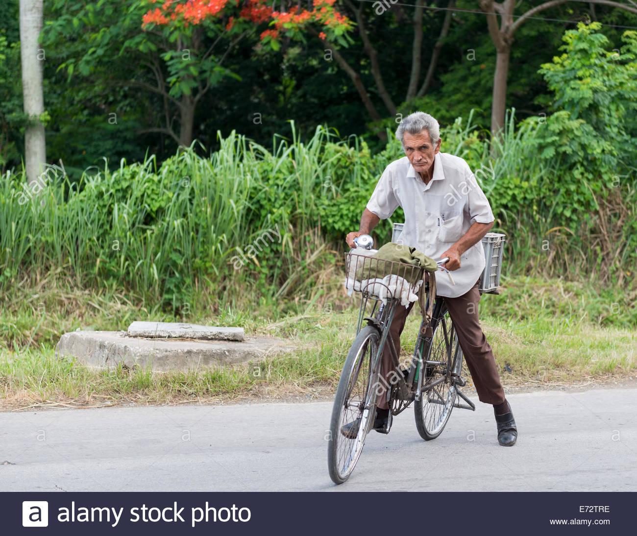 Senior kubanischen Bürger, die mit dem Fahrrad in Kuba, wo Transport ein Problem und teuer für die meisten Stockbild
