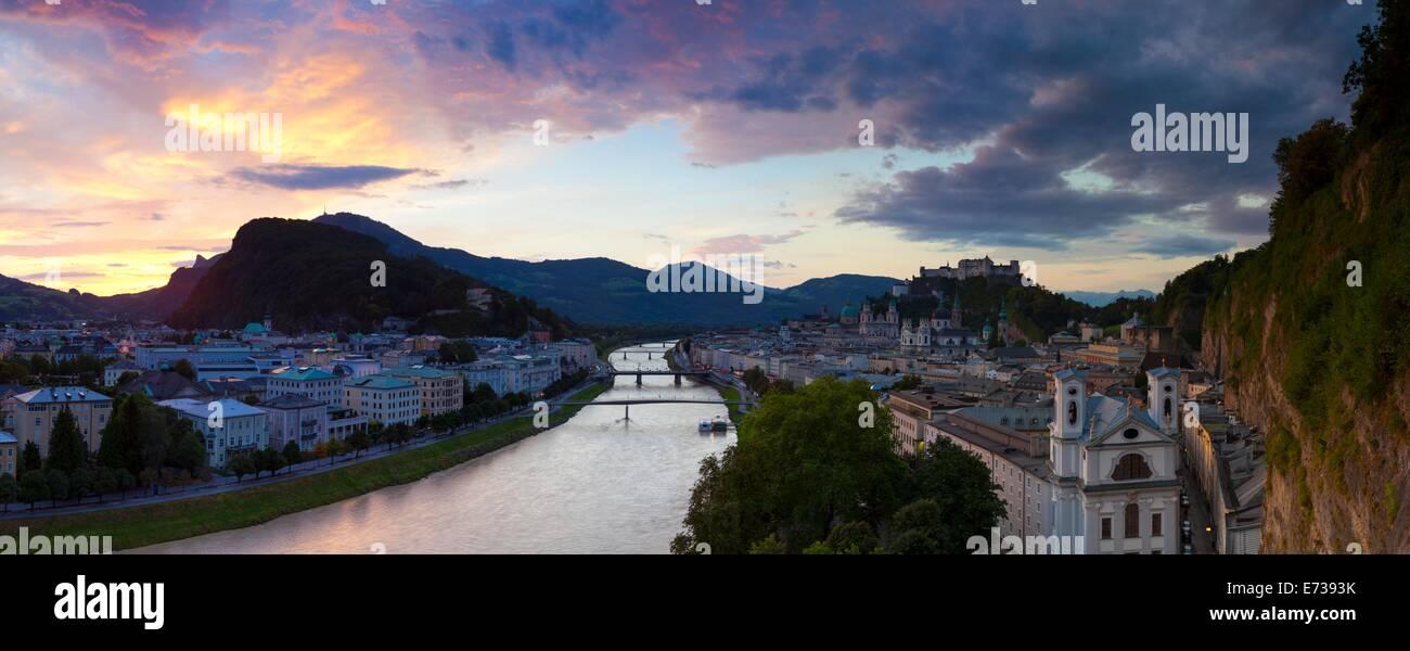 Sonnenaufgang über der Festung Hohensalzburg und Alt Stadt, Salzburg, Salzburger Land, Österreich, Europa Stockbild