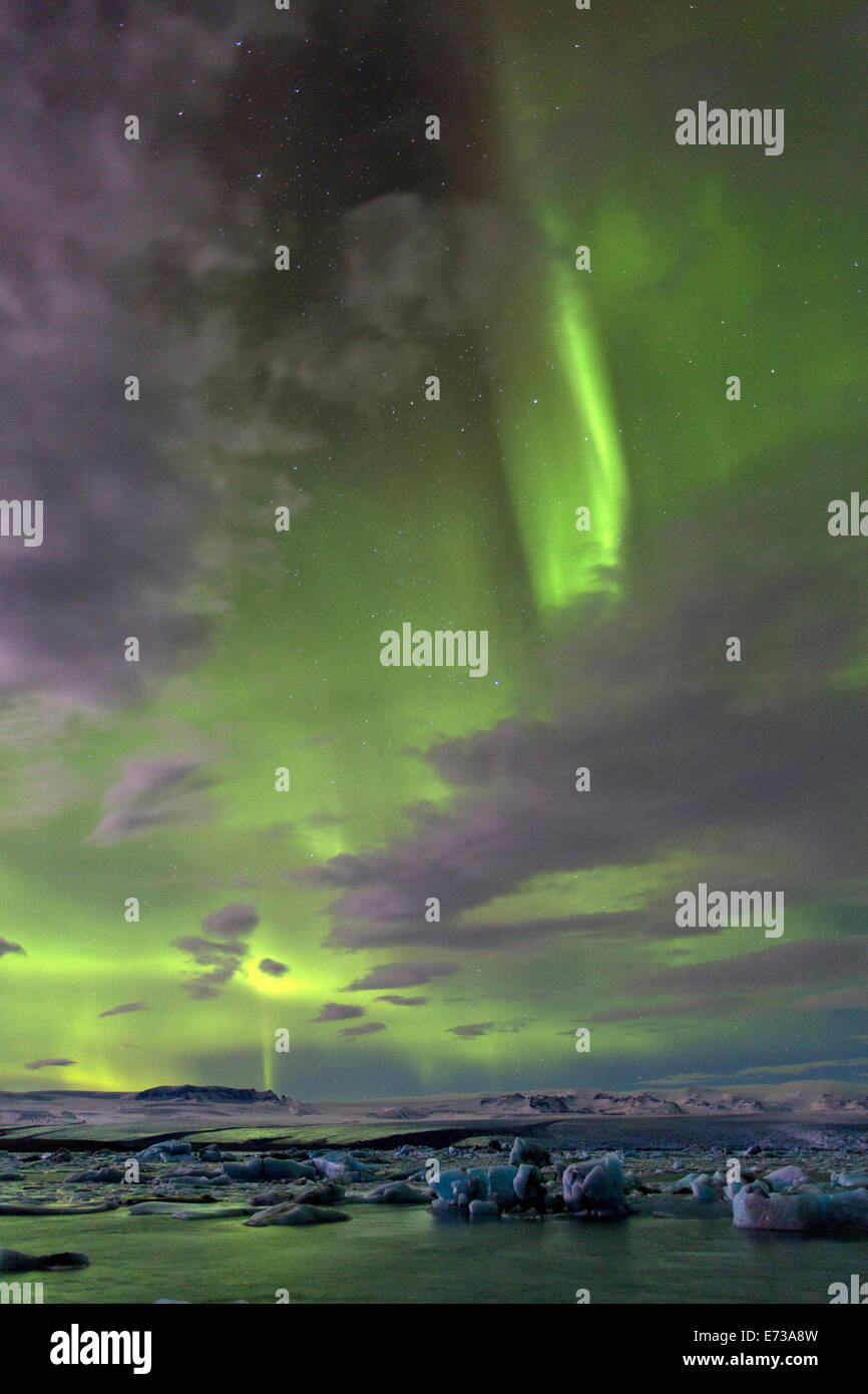 Aurora Borealis (Nordlicht) über Gletscherlagune Jökulsárlón am Rande der Vatnajökull-Nationalpark, Stockbild