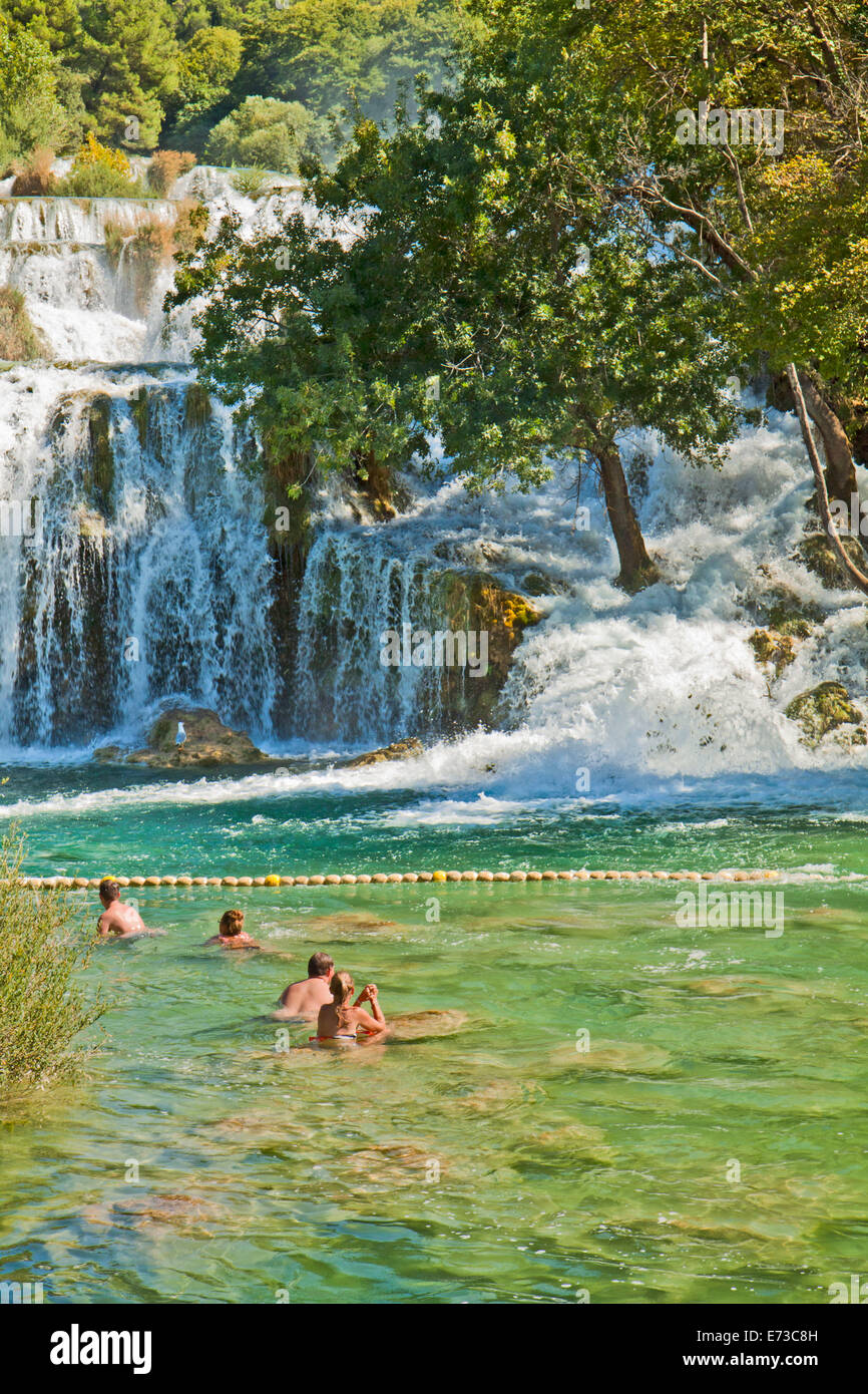 KRKA, KROATIEN - AUGUST 2014. Touristen genießen Sie ein Bad im Krka Wasserfälle im Nationalpark Krka, große Attraktion Stockfoto