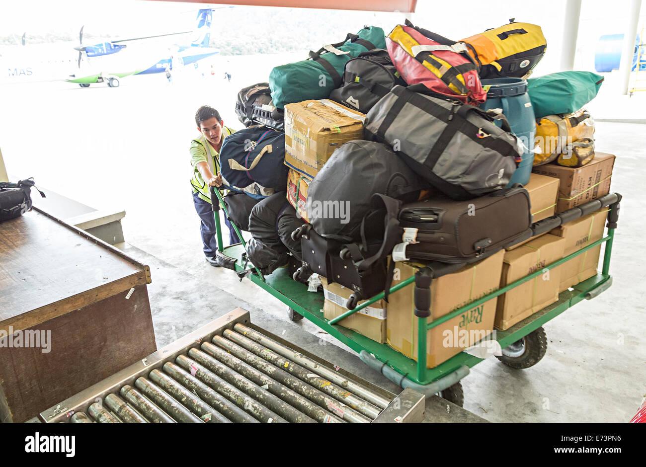 Gepäckabfertigung am Flughafen, Mulu, Malaysia Stockbild