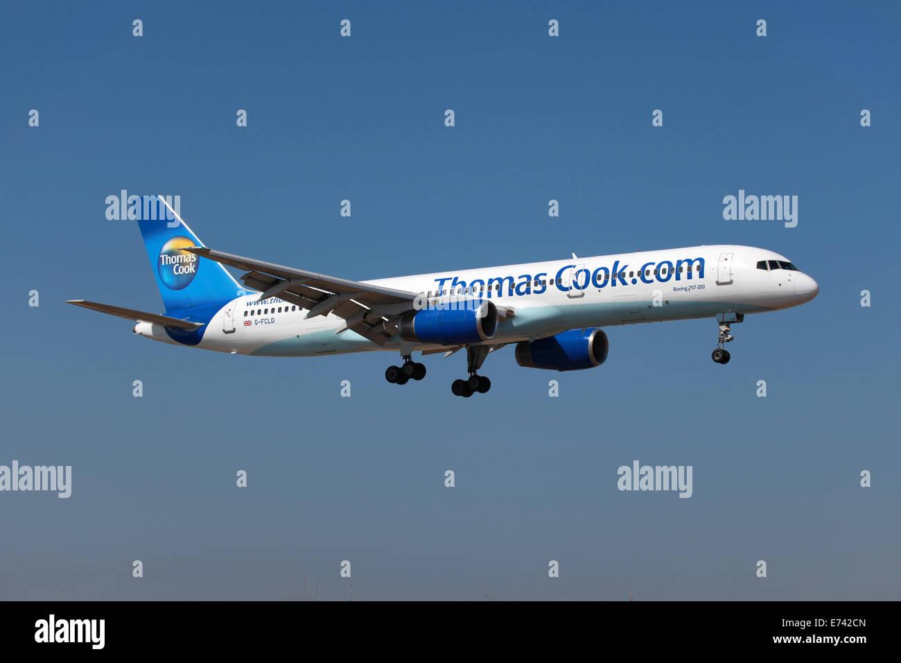 Insel Lanzarote, Spanien - 9. Oktober 2011: A Thomas Cook Airlines Boeing 757-200 mit der Registrierung G-FCLD nähert Stockbild