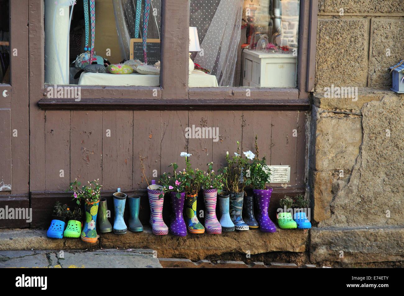 Gummistiefel und Schuhe vor einem Geschäft in Estaing, Frankreich Stockbild