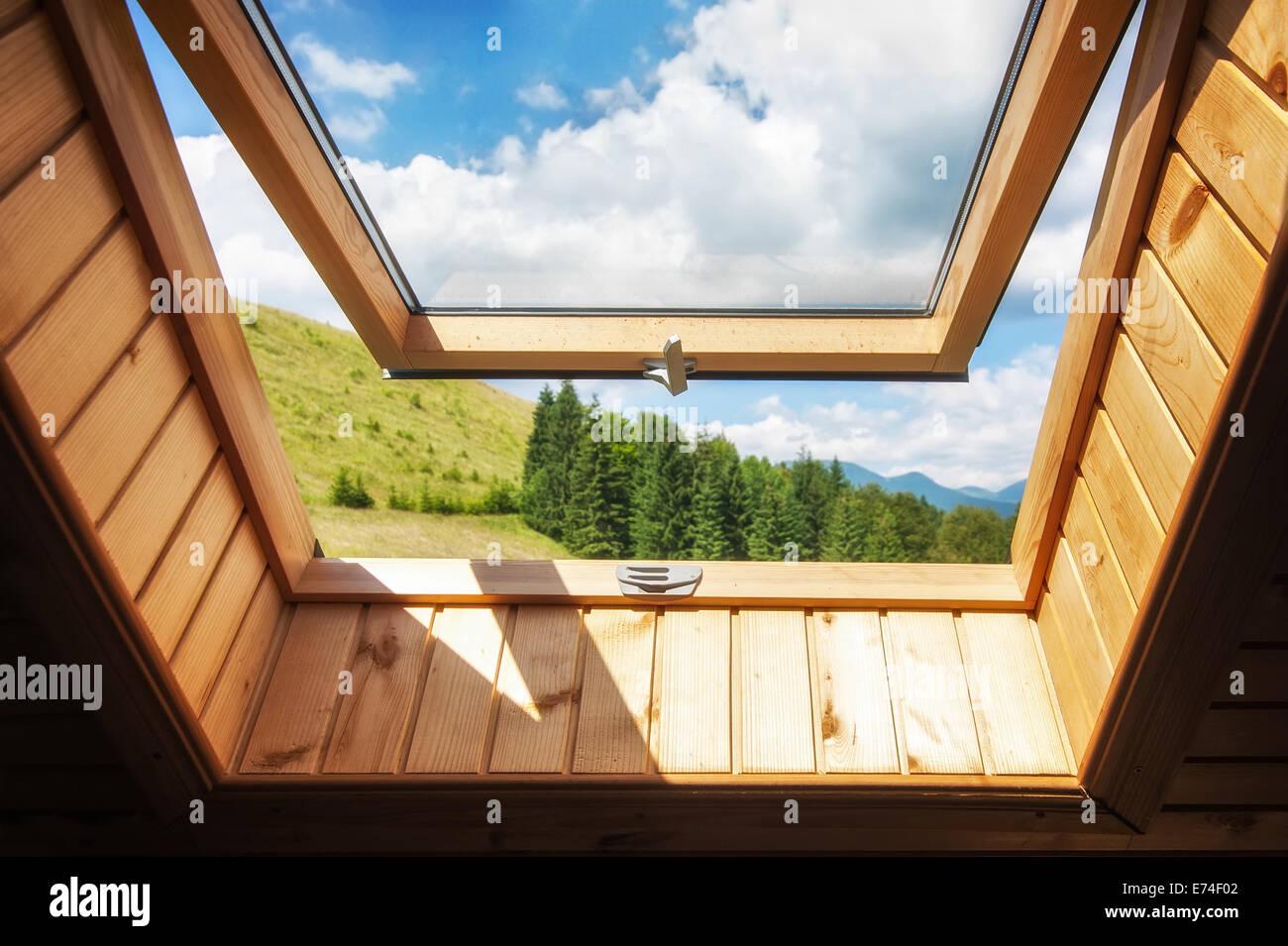 Offenes fenster himmel  Offenes Fenster im Dorf Holzhaus in Bergen. Herrliche Aussicht auf ...