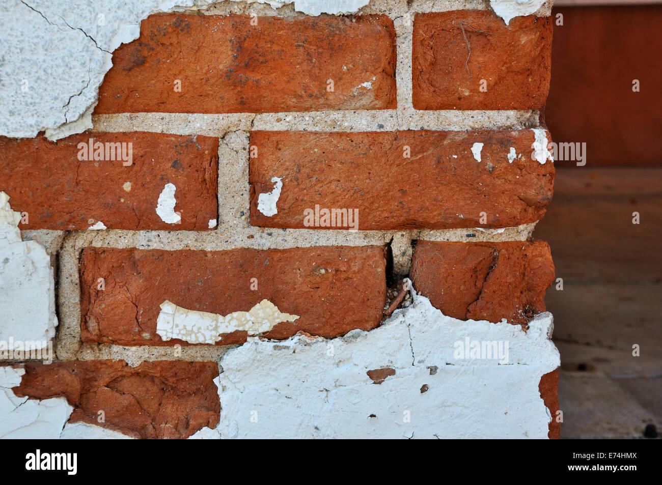 Abgeplatzte Stuck auf Ziegelmauer Stockbild