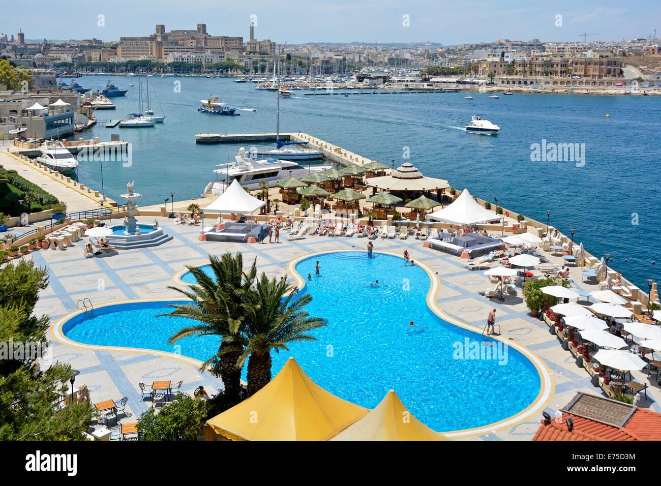 Der Pool Und Die Gaste Im 5 Sterne Luxus Grand Hotel Excelsior Mit Blick Auf Marsamxett Hafen Valletta Malta Mittelmeer Europa Stockfotografie Alamy