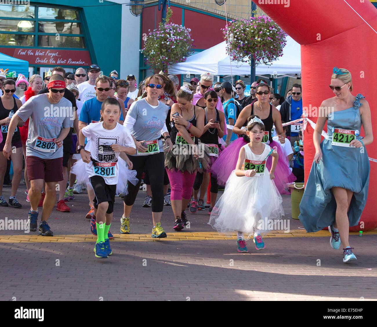 Calgary, Kanada. 7. September 2014. Racers dress up wie Könige aber mit Laufschuhen anstelle von Glas Hausschuhe Stockbild