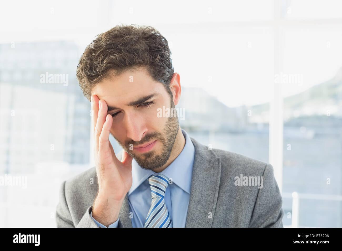 Unternehmer, die unter Kopfschmerzen leiden Stockbild
