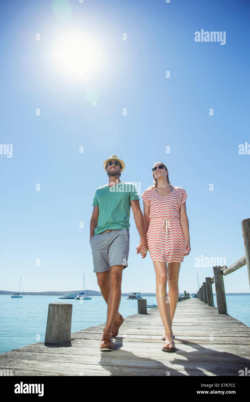 Dock-paar Hand in Hand spazieren aus Holz Stockfoto