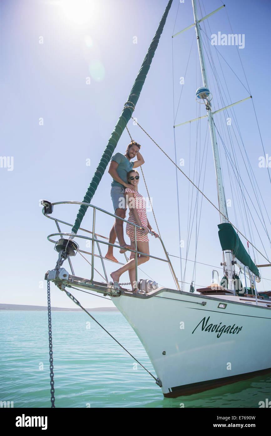 Paar steht auf der Vorderseite des Bootes Stockbild