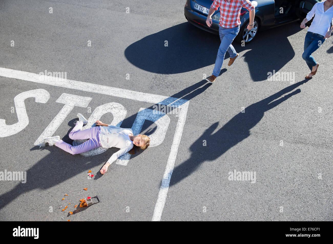 Hetzen, um Fahrer verletzt Mädchen auf Straße Stockbild