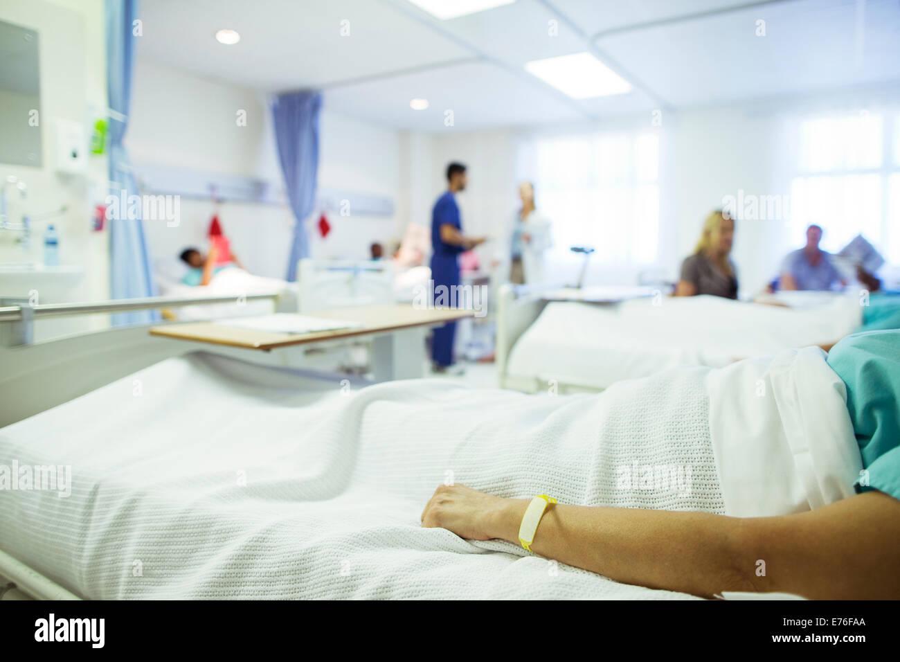 Patienten mit im Krankenhausbett Stockbild