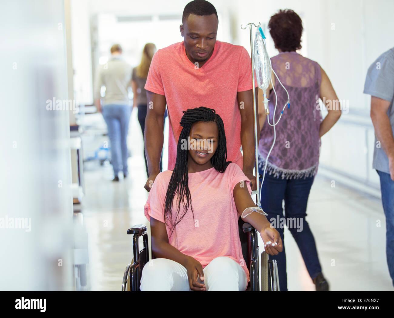 Mann, die Freundin im Krankenhaus Flur Machenschaften Stockbild