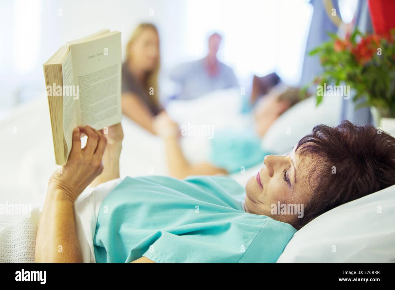 Patient im Krankenzimmer lesen Stockbild