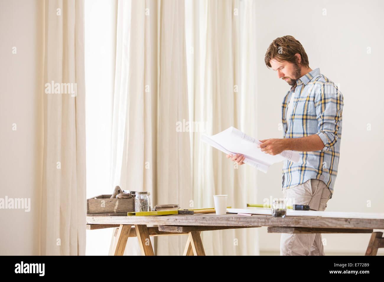 Mann auf der Suche durch Dokumente Stockbild