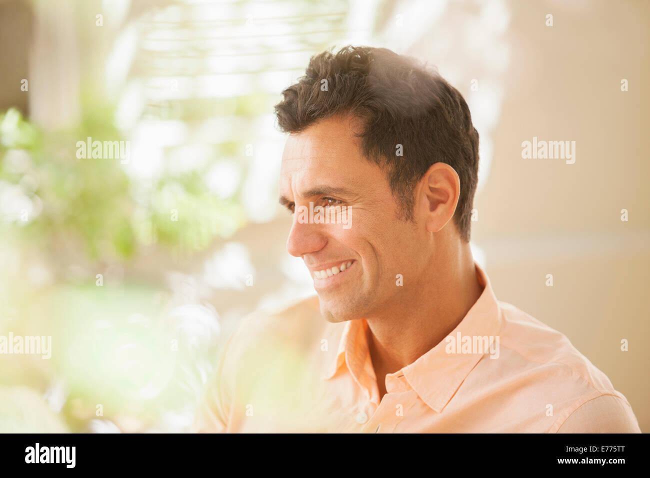 Mann lächelnd im Innenbereich Stockbild