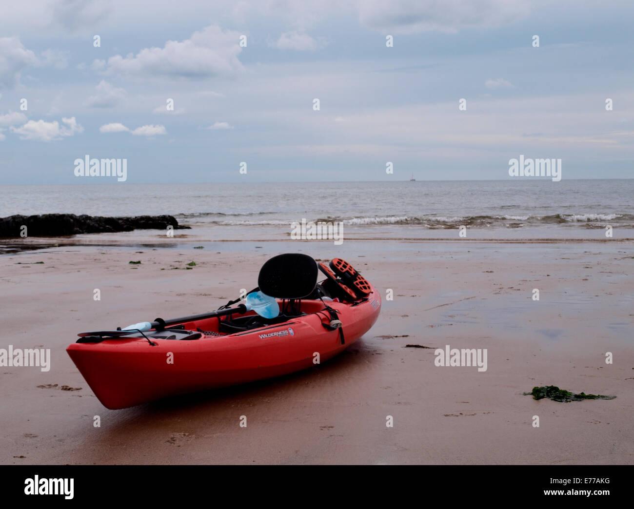 Setzen Sie sich auf Kanu auf dem Strand, Exmouth, Devon, UK Stockbild