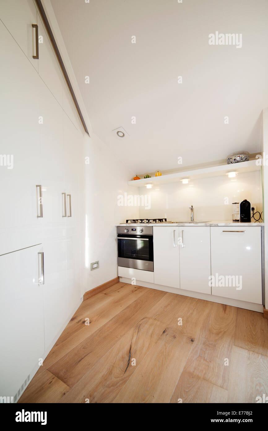 Kleine weiße moderne Küche in kleinen Stadtwohnung Stockfoto, Bild ...