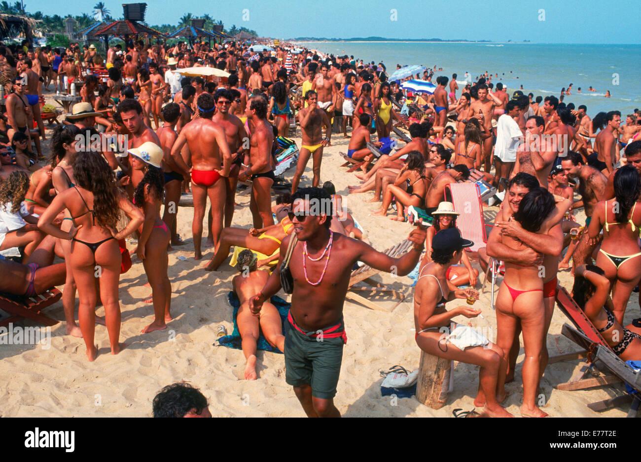 LEUTE FEIERN KARNEVAL AM STRAND VON BAHIA IN BRASILIEN Stockbild
