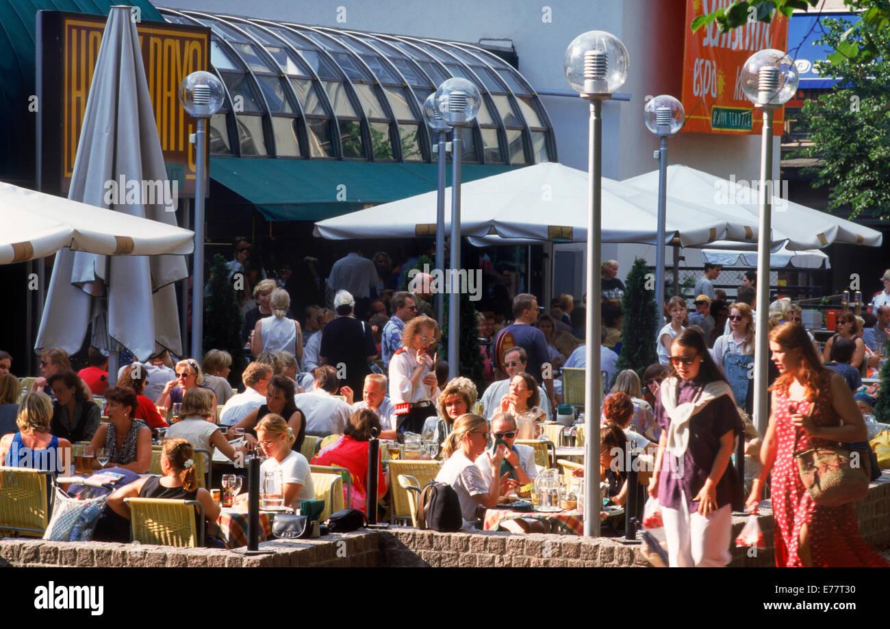 Touristen im Sommer und Aktivitäten rund um Outdoor-Bürgersteig Restaurants in Helsinki, Finnland Stockbild